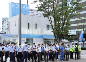 新横浜駅前交番付近に約60人が集結した