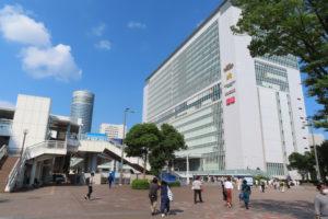 新横浜駅北口西広場付近は約3万8000平方メートルが喫煙禁止エリアとなっており一般利用可能な喫煙所も設置されている(中央左手付近)