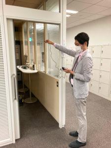 喫煙専用室・加熱式たばこ専用喫煙室設置時には、出入口において室外から室内に流入する空気の流れ(風速)が1秒あたり0.2メートル以上必要となる。「分煙コンサルタント」が測定も
