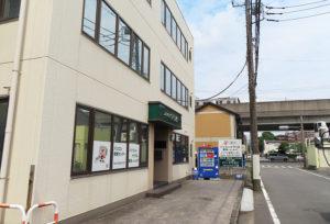 地下鉄ブルーライン新羽駅から徒歩約4分、宮内新横浜線(右手奥)からもすぐの場所にある宮崎通信パソコン救急センター。電車、車いずれもアクセスがしやすい