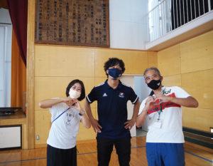 この日の「出前授業」を終えた兼森教諭、牧野内さん、二本栁聡美教諭(右より)
