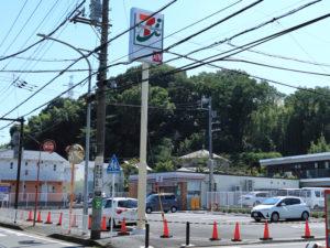 「セブンイレブン横浜新羽町店」は県道13号「横浜生田線」沿い、新横浜駅と綱島駅を結ぶバス通り沿い「中井下」バス停から約200メートルほどの場所にオープンする