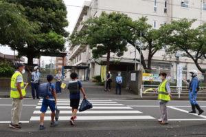 コロナ禍による異例の「分散登校」での学校再開。大豆戸小学校には港北警察署の署員らが来訪し見守りパトロールを行った(9月1日)