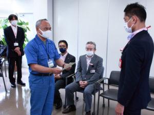 横浜篠原郵便局(大豆戸町)の大塚茂局長も認定証を受け取っていた。最左は新田郵便局の鈴木局長