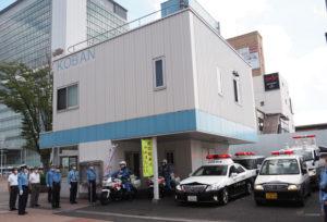 港北署員や各団体の会長らが見守る中、白バイ、警察車両の順に新横浜駅前交番から港北区内各所のパトロールに出発した