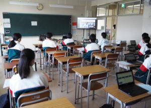 篠原中学校が50周年を迎えた創立記念日にオンラインを活用しての「50周年創立記念集会」を開催。分散登校により午前と午後の2回おこなわれた(9月27日)