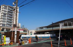 相鉄本線瀬谷駅南口(右)から直結している「ライブゲート瀬谷」(左)。約1ヘクタール(ha)の広さを持つ駅前の再開発エリアでは現在も工事がおこなわれている