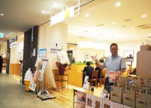 再開発組合の川口理事長が「あたたかみが感じられる店舗」と評するドトールとの併設店。雪ヶ谷支店(東京都大田区)からドトール店舗の店長に抜擢されたという飯田義之さんがあたたかな笑顔で出迎えてくれた