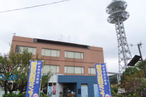 あいにくの小雨交じりの天候の中、9カ月余りのブランク期間を経て開館した「鶴見川流域センター」。JR横浜線小机駅(改札外)にも再開の案内が掲示されていた