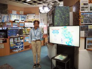 「鶴見川流域総合治水(ちすい)対策」が始まって40年の歩みを伝えるスライド上映パネルを新たに導入。「洪水から命と暮らしを守る流域全体での治水対策を学べます」と語る亀田さん