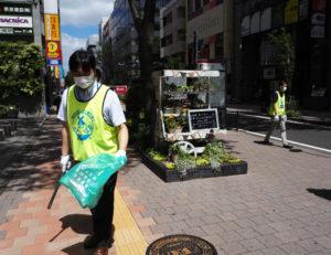 「花と緑のまちづくり」を行っているF・マリノス通りでもゴミ拾いを実施