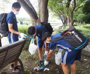 新横浜の公園では屋外での「宴会」の残骸も